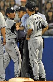 4回表2死三塁、平野の判定に抗議し審判団ともみ合う真弓監督(左)