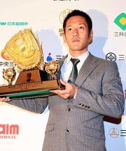 三井Gグラブ賞の表彰式でトロフィーを掲げる阪神平野(撮影・野上伸悟)