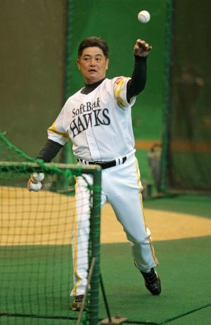 アーリーワークで自ら打撃投手を務める工藤公康監督(撮影・菊川光一)