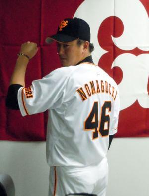 支配下選手に戻り、新たな背番号「46」を披露した巨人野間口(撮影・佐竹実)