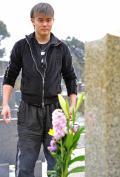 橋本大地、父真也さん墓前にデビュー報告 - 格闘技ニュース