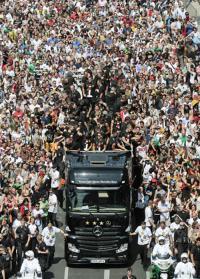 ゲッツェ大興奮ドイツVパレードに人の波 | ドイツ | ブラジルW杯 : nikkansports.com