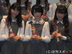 カーネーションを持って笑顔を見せる左から西野七瀬、生駒里奈、秋元真夏
