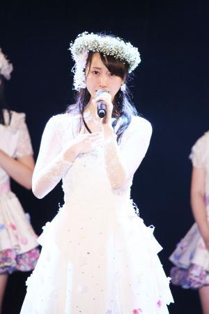 SKE48として最後の劇場公演に出演した松井玲奈は、涙を流しながら歌う(C)AKS