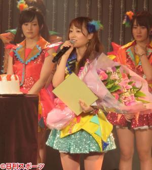 目に涙を浮かべながら、自らの生誕祭で卒業を発表した小谷里歩(撮影・村上久美子)
