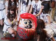 1位に輝いた大島優子はダルマの目に墨を入れる(撮影・中島郁夫)