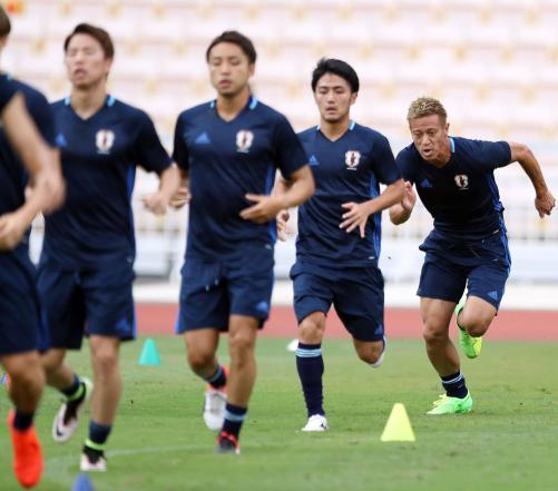 公式練習でダッシュする、右から本田、大島、小林、浅野(撮影・狩俣裕三)