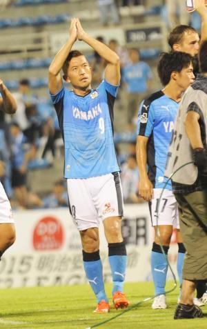 今季初得点を挙げ、サポーターにあいさつをする磐田MF太田(撮影・保坂恭子)