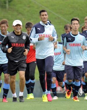 先頭でランニングをする磐田FWジェイ(中央)