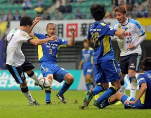後半ロスタイム、磐田MF小林(左)は左足で決勝ゴールを決める(撮影・松本俊)