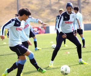 ミニゲームでボールを追う磐田FWジェイ(右)
