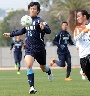 練習試合でボールをキープする磐田FW小川航