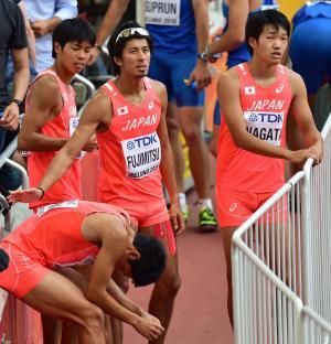 38秒60の記録で予選敗退となり、がっくりする日本選手たち(撮影・清水貴仁)
