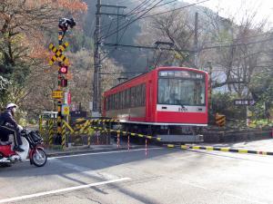 電車が止まる小涌谷踏切