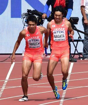 男子400メートルリレー予選1組 第3走者長田(右)からバトンを受け取るアンカー谷口(撮影・清水貴仁)