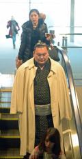 白鵬 モンゴルへ帰国「労働英雄賞」受賞 - 大相撲ニュース